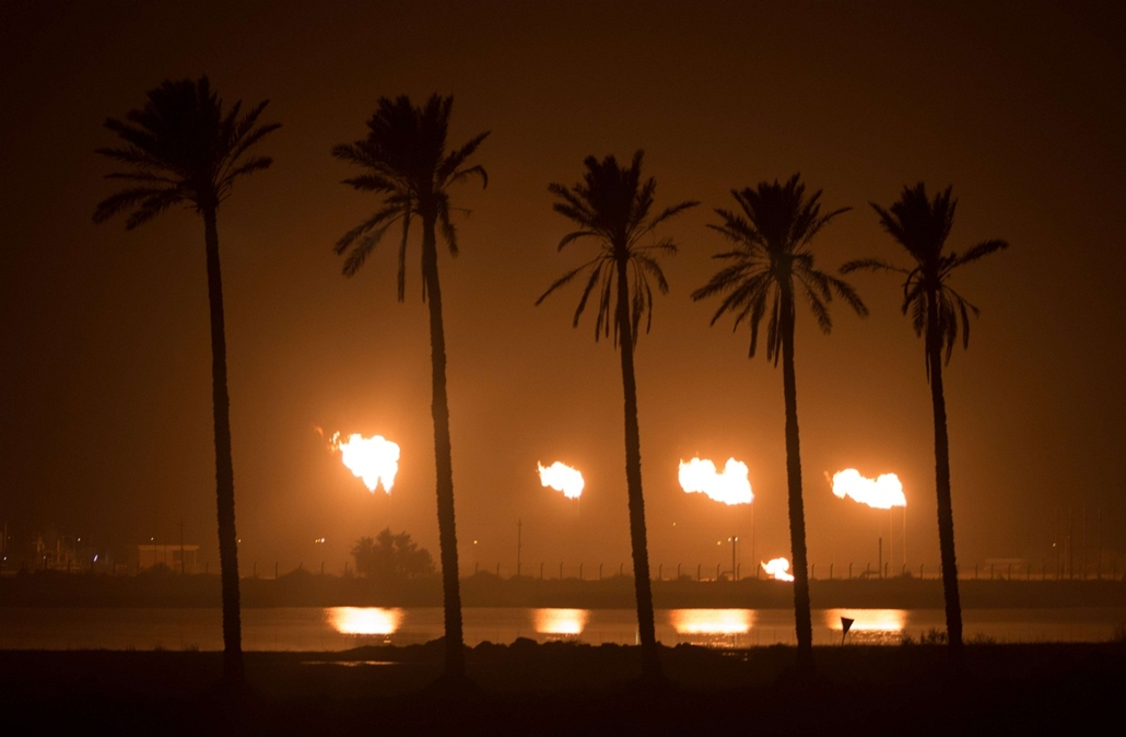 afp. hét képei - Bászra, Irak - 2014.11.26. A view of the Iraqi Naher al-Umran gas refinery, in the el-Dir district, some 40 kms north of the southern city of Basra on November 26, 2014.