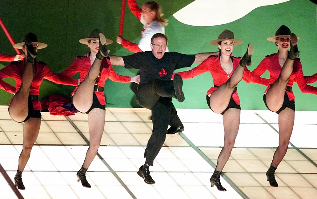 """afp. Robin Williams, 2000-03-26 Los Angeles : Robin Williams performs the song """"Blame Canada"""", a song nominated for Best Original Song, during the 72nd Academy Awards 26 March 2000 at the Shrine Auditorium in Los Angeles."""
