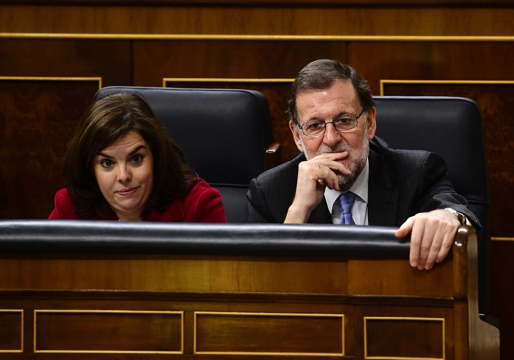 afp. hét képei - 2016.01.13. Mariano Rajoy, Új parlament Spanyolországban - Spanish Prime Minister Mariano Rajoy (R) and Vice President of the Government Soraya Saenz de Santamaria listen during the constitution of the Congress, at the Palacio de las Cort
