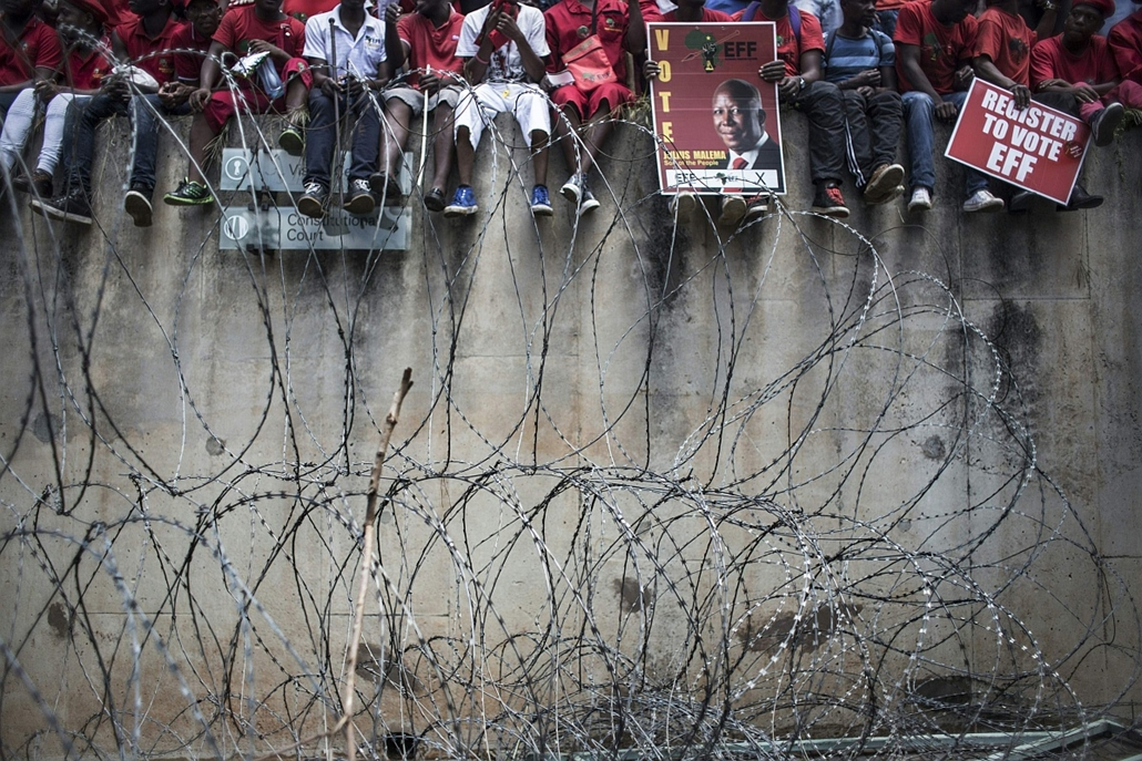 afp. hét képei - 2016.02.09. Johannesburg, Több ezer dél-afrikai ellenzéki, Economic Freedom Fighter (EFF), Thousands of South African opposition Economic Freedom Fighter (EFF) supporters,wait outside the constitutional court where judges heard a case ove