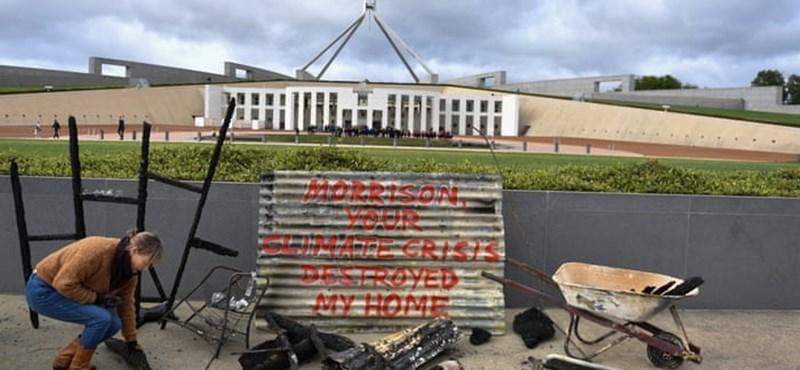 Leégett házának utolsó darabjaival ment tüntetni a klímaváltozásra fittyet hányó politikusok elé