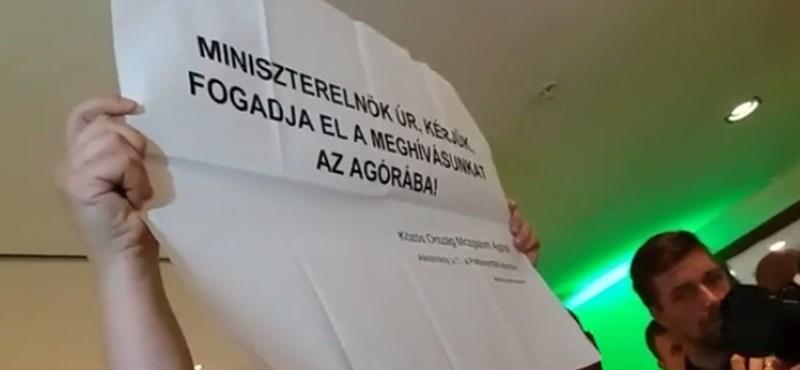 Kivezettek egy meghívót lobogtató aktivistát Orbán iparkamarás beszédéről – videó