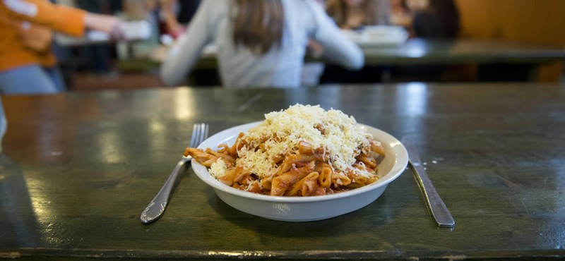 Kirúgták az amerikai konyhás nénit, aki hagyta, hogy egy diák fizetés nélkül egyen