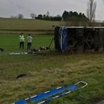 Oldalára borult egy iskolabusz Franciarországban, 27-en megsérültek