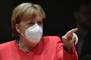 Bloomberg-elemzés: Merkelnek rá kellene pirítania Orbánékra, amiért blöffölnek