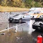 A nap fotói: Kettészakadt ez az Audi R8, de a sofőrnek nem esett baja
