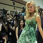 Paris Hilton megint teker, pedig nem kéne