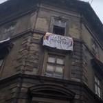 Pride-zenével fogadták a Mi Hazánk tüntetőit a Bródy Sándor utcában