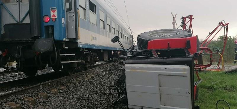 Két vonattal is ütközött egy traktor Újfehértónál