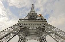 Kiürítették az Eiffel-tornyot, mert egy férfi felmászott rá