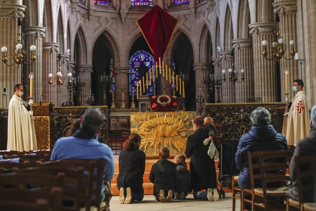 !AP! 210502ig! mti.21.04.02. Hívek imádkoznak a leégett Notre-Dame-székesegyházból kimentett stilizált töviskoszorú előtt a nagypénteki misén a párizsi Saint-Germain l'Auxerrois katolikus templomban 2021. április 2-án.