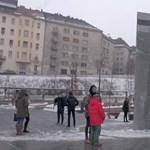 Nem csak az órák, a járókelők is megálltak a Széll Kálmán téren