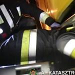 Videót tettek közzé a tűzoltók arról, hogy kimentenek egy nőt a villamos alól