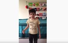 Egy fiatal magyar kisfiú rappelve üzeni, hogy maradjunk otthon