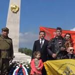 Sarlós-kalapácsos zászlóval koszorúztak Budapesten a Putyin-motorosok – videó