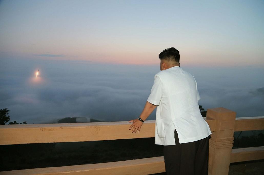 afp.14.06.30. - Észak-Korea: Kim Jong-Un a taktikai rakétateszt megfigyelésén - 7képei
