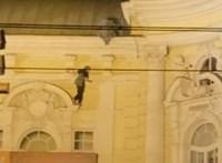 Videó is készült arról, ahogy a Vígszínházra felmászó fiatal lezuhan