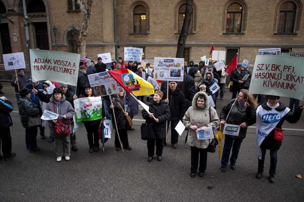 mti.14.02.13. - Bérükért tüntettek az EVM Zrt. dolgozói - elmaradt fizetéséért és egyéb járandóságáért, valamint a jogszerű felmondásért tüntetett az EVM Kozmetikai és Háztartásvegyipari Zrt. mintegy száz dolgozója a tulajdonosokat képviselő ügyvédi iroda