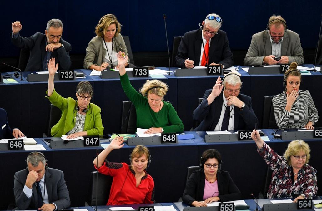 mti.18.10.12. Judith Sargentini holland zöldpárti képviselő (k) szavaz a nevét viselő Sargentini-jelentésről az Európai Parlament plenáris ülésén, Strasbourgban 2018. szeptember 12-én. A képviselők a magyar jogállamisági helyzetről szóló különjelentést 44