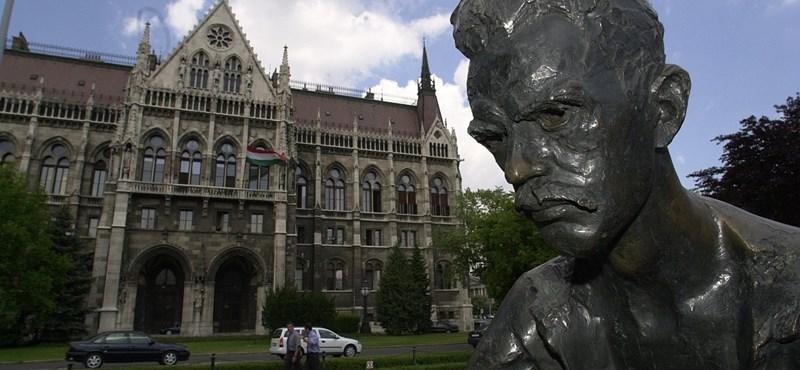 Orbán Viktor utcáját versekkel írta tele valaki a költészet napján