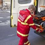 Segíteni akartak rajta, ő inkább megütötte a mentőst