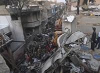 Ketten élték túl a pakisztáni repülőgép-katasztrófát