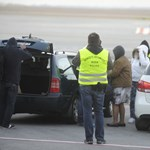 Szoknyában tért haza Bróker Marcsi – fotók a reptérről