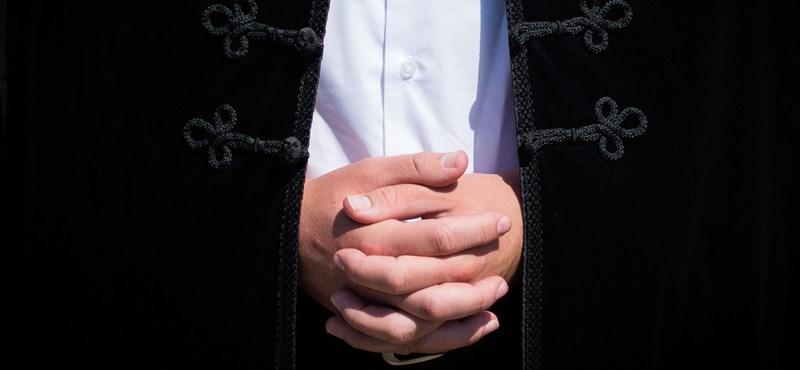 Ömlik a támogatás a kormánynak kedves egyházakhoz, az engedetleneket büntetik