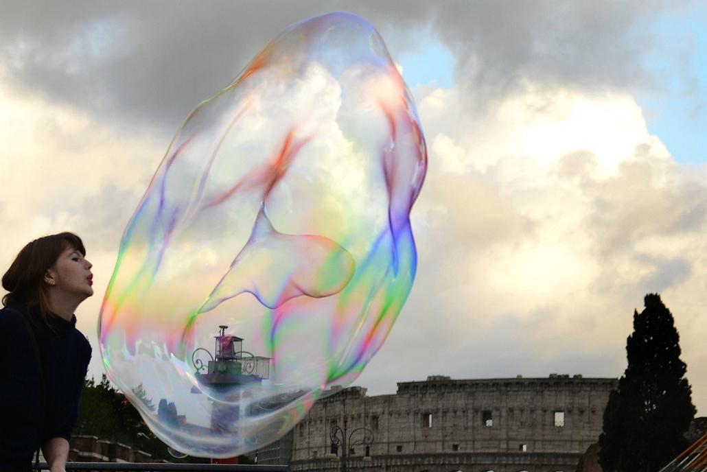 afp.14.11.18. - Róma, Olaszország: szappanbuborék a Kolosszeum közelében - 7képei
