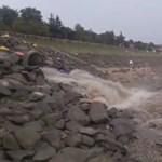 Ismét videón örökítették meg, ahogy szennyvíz ömlik a Dunába a szentendrei strand felett