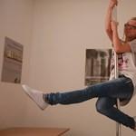 Rúdtánccal vezetik le a nők a stresszt egy magyar irodában