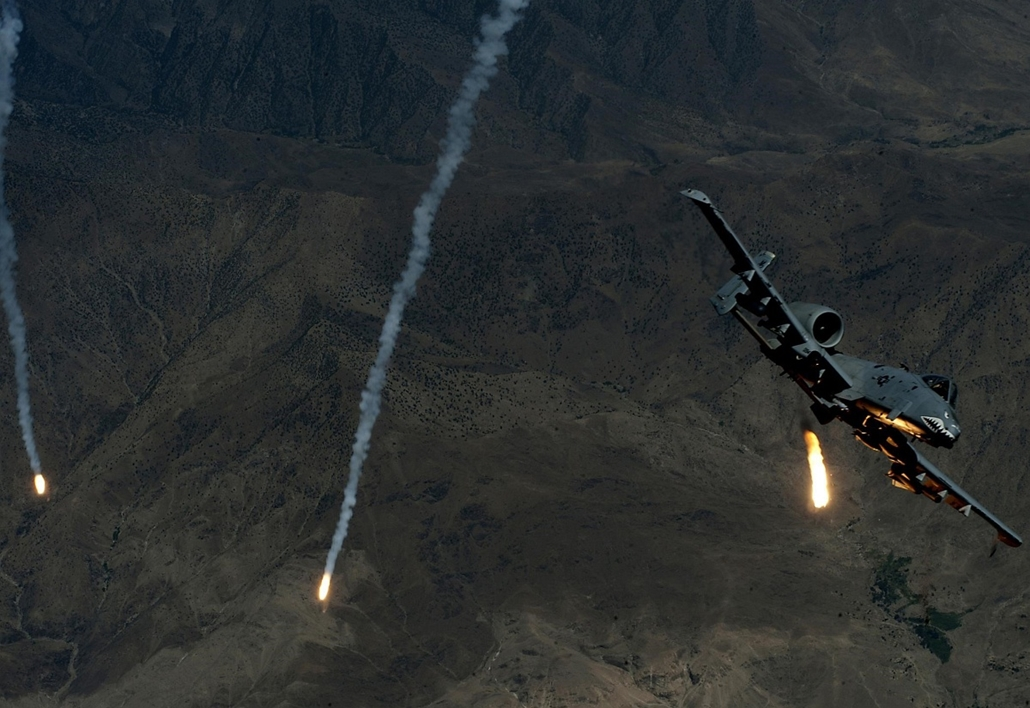 Délnyugat-Ázsia: A-10 Thunderbolt II repülőgép rakéták elleni infracsapda (flare) eresztése közben. - 7képei