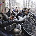 Képek: óriási a káosz, rohamrendőrökkel csaptak össze az olasz diákok