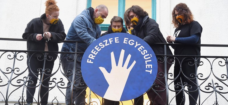 Freeszfe: átvették új épületük kulcsait az SZFE felmondott tanárai és a hallgatók