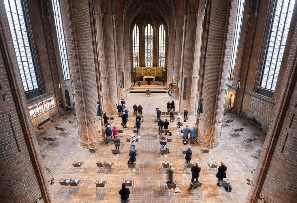 !AP! 2105.01ig! mti.21.04.02. Nagypénteki misén vesznek részt a hívők a hannoveri Marktkirche templomban 2021. április 2-án. A koronavírus-fertőzés megfékezéséhez szükséges járványügyi intézkedések betartásával Németországban húsvét alkalmából meglátogath