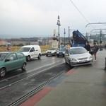 Forgalmi ok: megállóba vágódó autó bénította meg a 4-es, 6-ost – fotó