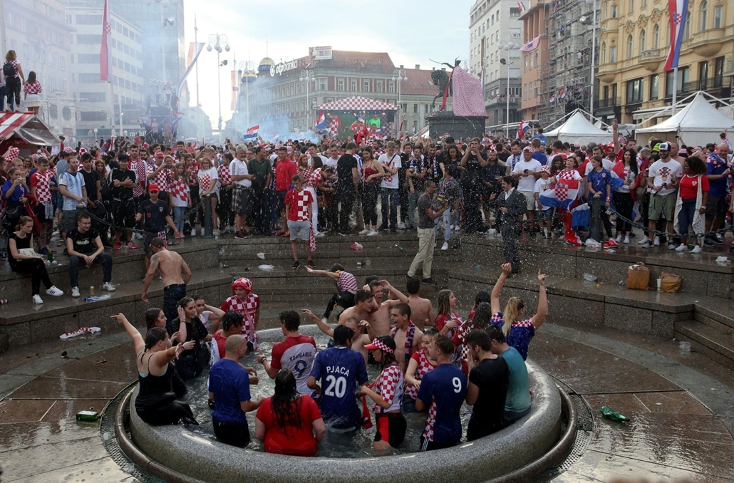 afp.18.07.15. Franciaország-Horvátország világbajnoki döntő - Horvát szurkolók ünnepelnek Zágrábban