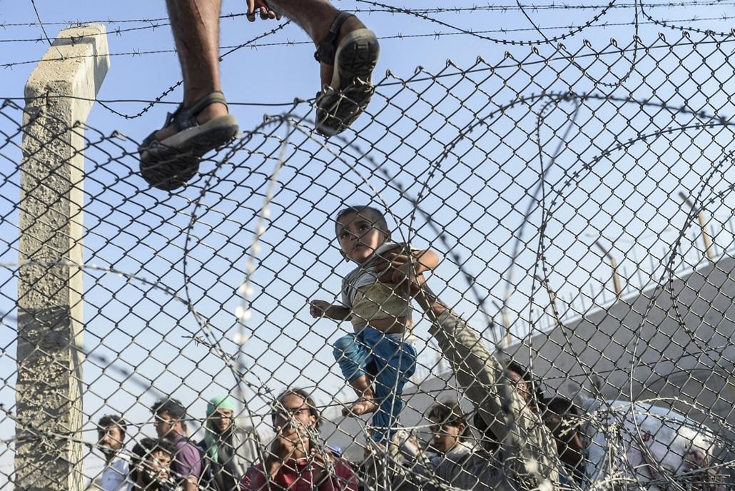 afp. Iszlám Állam - Szíriai menekültek 2015.06.14. szíriai menekültek áttörték a török határt - 7képei, évképei, menekült, migráns, benvándorló, bevándorlás