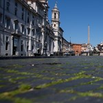 Fotó: Olyan kihalt a Piazza Navona, hogy kisarjadt a fű a kockakövek között