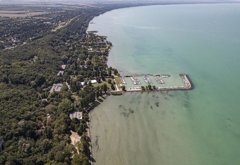 """""""Mindig megjelenik itt valaki, aki el akarja venni a Balaton-partot"""" - videós riport a Club Aligáról"""