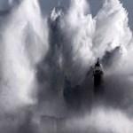 Fotó: gigantikus hullám ostromolja a spanyol partokat