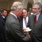 Történelmi pillanat: kezet fogott a Sinn Féin elnökével a brit trónörökös