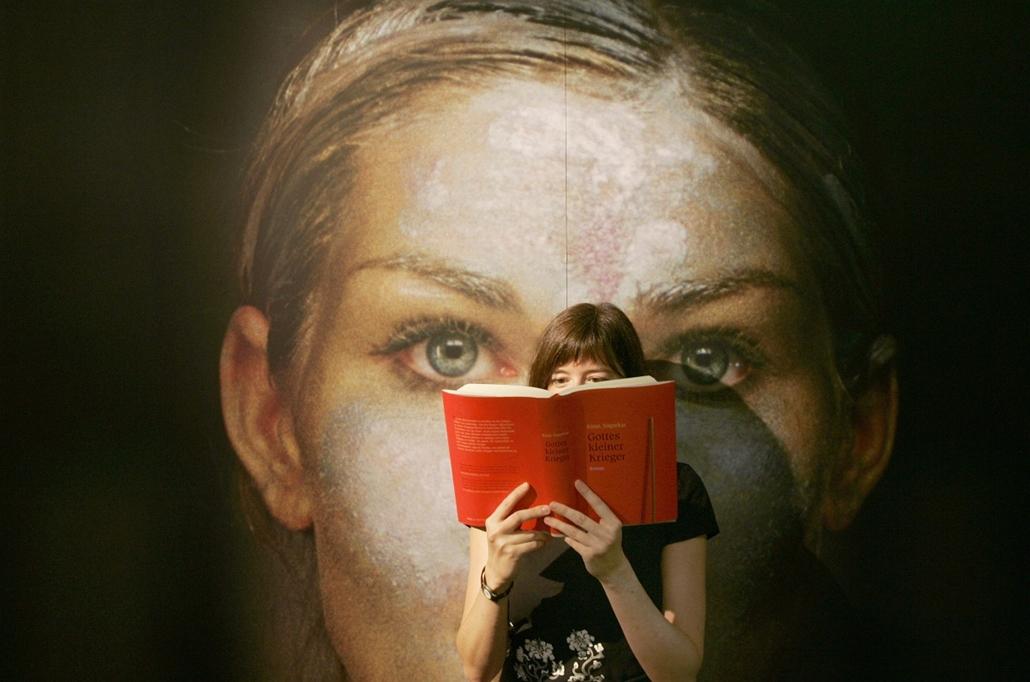 Németország: olvasó nő az 58. Nemzetközi Frankfurti Könyvvásáron - könyv világnapja nagyítás
