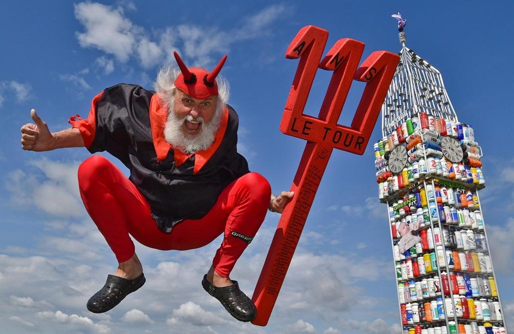 epa.14.07.01. - Storkow, Németország: Dieter Senft német kerékpártervező ördögjelmezben a saját készítésű kerékpárjának bemutatóján. A 62 éves tervező a legújabb alkotását, a londoni parlament épületének óratornyát, a Big Bent ábrázoló biciklit 387 kulacs