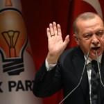 Mitől védik ennyire a török elnököt?