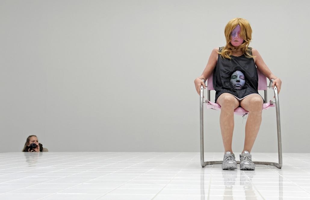Kassel, Németország - látogató fotóz a ''Untitled'' kiállításon.