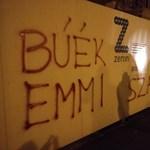 Plakátokkal üzentek az Emminek a minisztérium épülete előtt