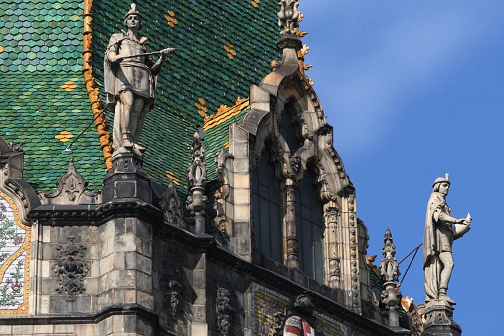 A bejárat felett lévő négy szobor az iparművészet ágait - díszítő szobrászat, kerámia, textilművészet, ötvösség - szimbolizálja.
