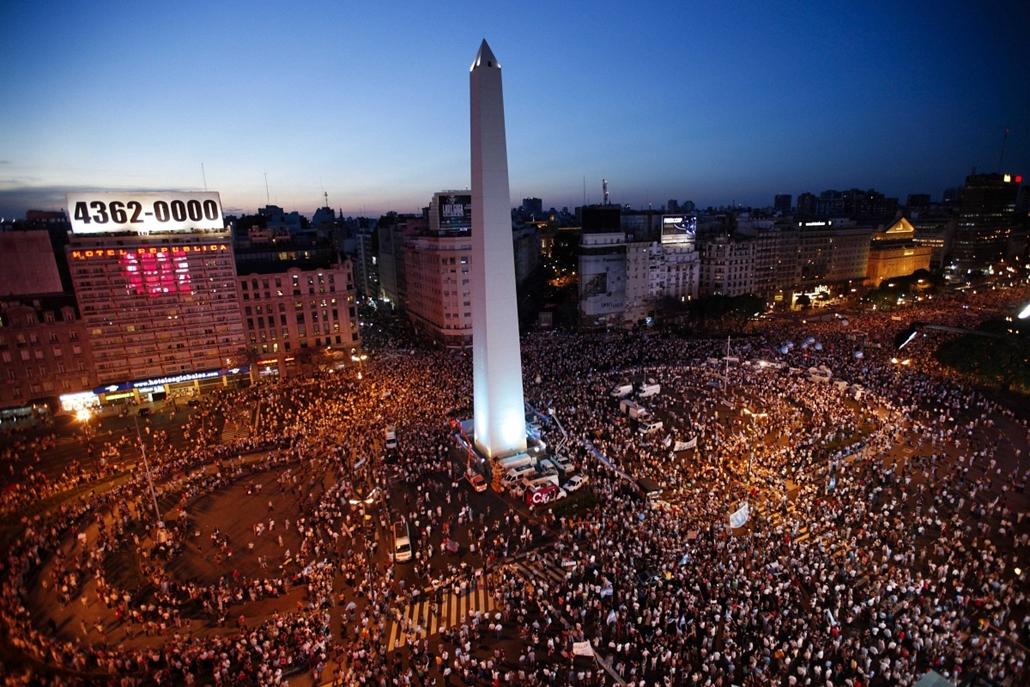 AP. Buenos Aires: argentinok százezrei özönlötték el az utcákat, hogy tiltakozzanak Cristina Fernández de Kirchner elnök állami beavatkozást erősítő politikája és harcos stílusa ellen. - hét képei nagyítás