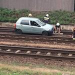 Soroksáron a vasúti síneken autózott valaki, csoda, hogy nem történt baleset – videó